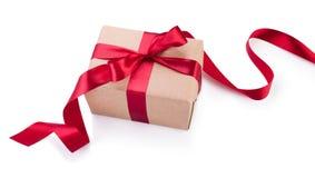 Caja de regalo del papel de Kraft con el arco rojo de la cinta desde arriba aislado encendido Imagen de archivo libre de regalías
