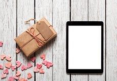 Caja de regalo del vintage con la etiqueta del regalo y la tableta digital Fotos de archivo libres de regalías