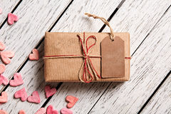 Caja de regalo del vintage con la etiqueta en blanco del regalo Foto de archivo libre de regalías