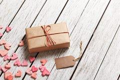 Caja de regalo del vintage con la etiqueta y los corazones en blanco del regalo Fotografía de archivo