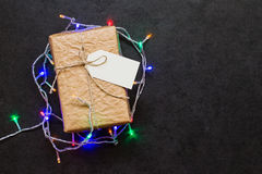 Caja de regalo del vintage con la guirnalda de la Navidad en la tabla de piedra Imagen de archivo