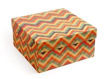 Caja de regalo del vintage con las rayas multicoloras del zigzag imágenes de archivo libres de regalías