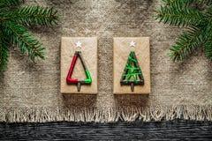 Caja de regalo de despido de la Navidad de la rama del pino del vintage en el tablero de madera fotos de archivo