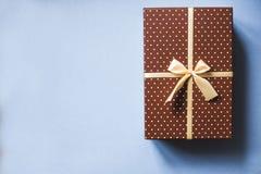 Caja de regalo elegante en concepto azul de los días de fiesta del fondo Fotos de archivo