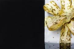 Caja de regalo elegante envuelta en Grey Paper con la polca Dots Golden Ribbon Tarjeta del día de San Valentín de los Años Nuevos Fotos de archivo libres de regalías