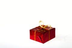 Caja de regalo en caja coloreada en un fondo blanco Foto de archivo libre de regalías