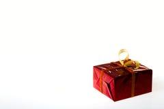 Caja de regalo en caja coloreada en un fondo blanco Fotos de archivo libres de regalías
