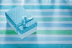 Caja de regalo en concepto rayado azul de los días de fiesta del mantel Imagen de archivo
