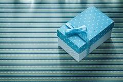 Caja de regalo en concepto rayado de las celebraciones del mantel Fotografía de archivo libre de regalías