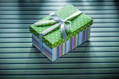Caja de regalo en concepto rayado de los días de fiesta del fondo Fotos de archivo libres de regalías