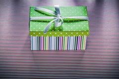 Caja de regalo en concepto rayado rojo de las celebraciones de la opinión superior de la tela Fotos de archivo libres de regalías