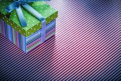 Caja de regalo en concepto rayado rojo de las celebraciones del mantel Fotos de archivo