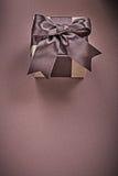 Caja de regalo en concepto vertical superficial marrón de los días de fiesta de la imagen Foto de archivo
