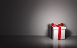 Caja de regalo en el fondo blanco de la pared Imagen de archivo libre de regalías