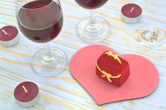 Caja de regalo en el fondo de corazones y de vidrios de vino Fotografía de archivo