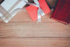 Caja de regalo en el fondo de madera de la tabla de la visión superior con el espacio de la copia Imagen de archivo