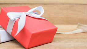 Caja de regalo en el fondo de madera de la tabla de la visión superior con el espacio de la copia Fotografía de archivo libre de regalías