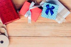 Caja de regalo en el fondo de madera de la tabla de la visión superior con el espacio de la copia Mucho caja de regalo con la cin Foto de archivo
