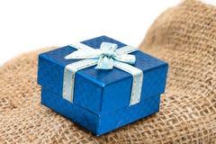 Caja de regalo en el saco marrón Foto de archivo libre de regalías