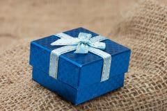 Caja de regalo en el saco marrón Fotos de archivo libres de regalías