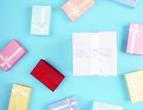 Caja de regalo en fondo colorido Imágenes de archivo libres de regalías