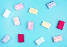 Caja de regalo en fondo colorido Fotografía de archivo