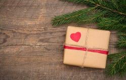 Caja de regalo en fondo de madera fotos de archivo
