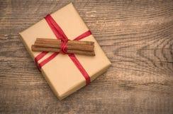 Caja de regalo en fondo de madera foto de archivo