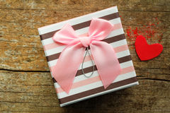 Caja de regalo en fondo de madera Imágenes de archivo libres de regalías