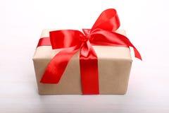 Caja de regalo en fondo ligero Imagen de archivo libre de regalías