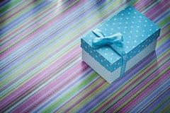 Caja de regalo en fondo rayado directamente sobre conce de las celebraciones Imagen de archivo