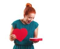Caja de regalo en forma de corazón de apertura Fotografía de archivo