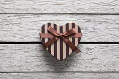 Caja de regalo en forma de corazón del día de tarjetas del día de San Valentín Fotografía de archivo