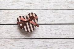 Caja de regalo en forma de corazón del día de tarjetas del día de San Valentín Foto de archivo