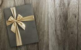 Caja de regalo en la madera, visión superior Imagenes de archivo