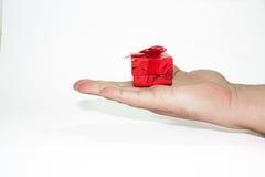 Caja de regalo en la mano Fotos de archivo