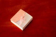 Caja de regalo en la tabla Imagenes de archivo
