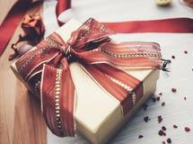 Caja de regalo en la tabla Imagen de archivo