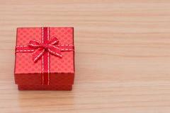 Caja de regalo en la tabla de madera marrón Imágenes de archivo libres de regalías