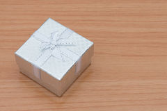 Caja de regalo en la tabla de madera marrón Foto de archivo