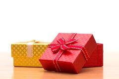Caja de regalo en la tabla de madera marrón Fotografía de archivo