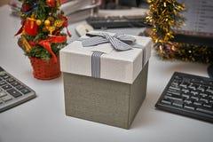 Caja de regalo en la tabla de funcionamiento Foto de archivo libre de regalías