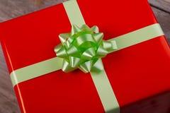 Caja de regalo en la tabla, visión cercana Imagenes de archivo