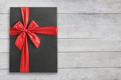 Caja de regalo en la visión de madera desde arriba Fotos de archivo libres de regalías