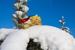 Caja de regalo en nieve foto de archivo