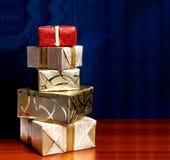 Caja de regalo en papel de embalaje del oro con la cinta Imagen de archivo