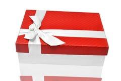 Caja de regalo en superficie reflexiva Fotos de archivo