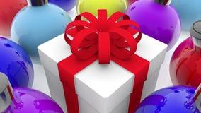 Caja de regalo entre las filas de las decoraciones de la Navidad metrajes