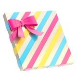 Caja de regalo envuelta con un arco y una cinta Imagen de archivo