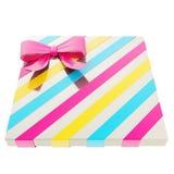 Caja de regalo envuelta con un arco y una cinta Imagen de archivo libre de regalías